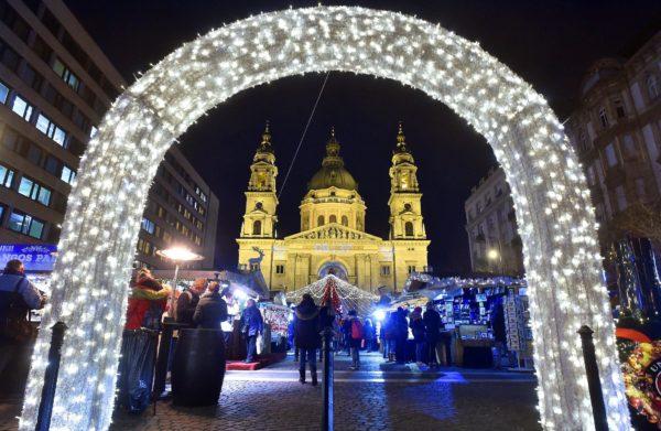 Karácsonyi vásár a Szent István-bazilikánál